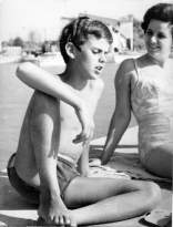 1967-8 Agárd. Sütkérezés anyukámmal a mólón