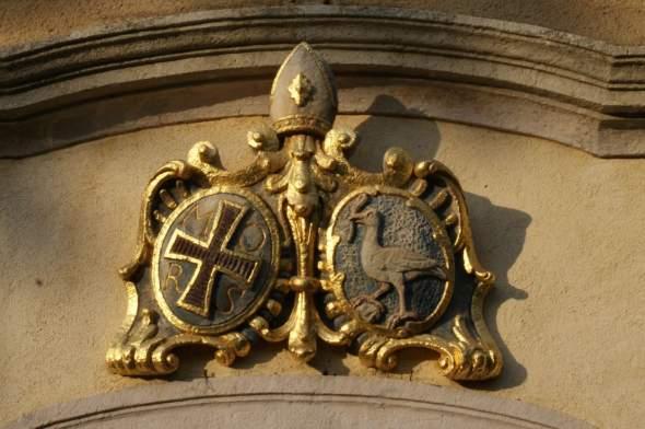 A templombejárat címere