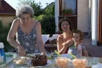 az ünnepelt tortát vág