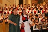 tanítvány és tanár közös éneklése